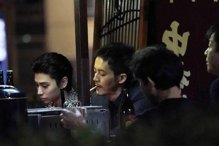 「孤狼の血 LEVEL2」メイキング写真。村上虹郎演じるチンタ(左)と松坂桃李演じる日岡(中央)。