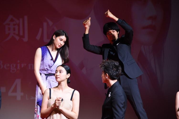 佐藤健(右下)と土屋太鳳(左上)が談笑する中、ポーズを取る青木崇高(右上)。
