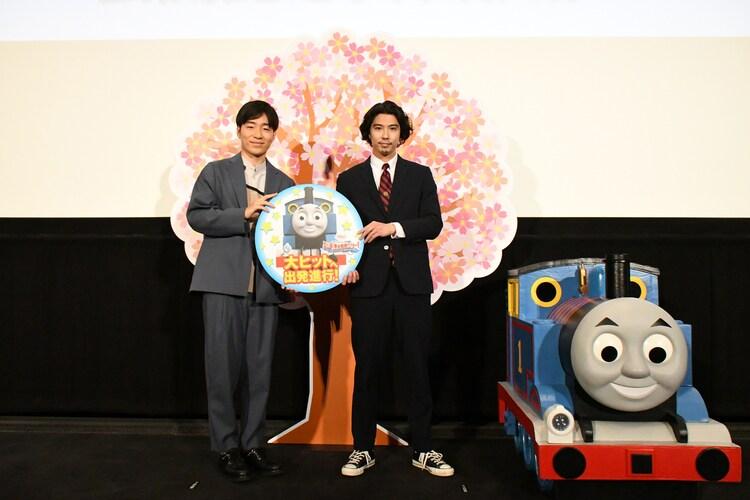 「映画 きかんしゃトーマス おいでよ!未来の発明ショー!」公開記念舞台挨拶の様子。左から後藤淳平、賀来賢人、トーマス。