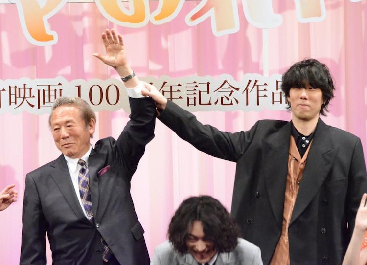 左から小林稔侍、野田洋次郎。