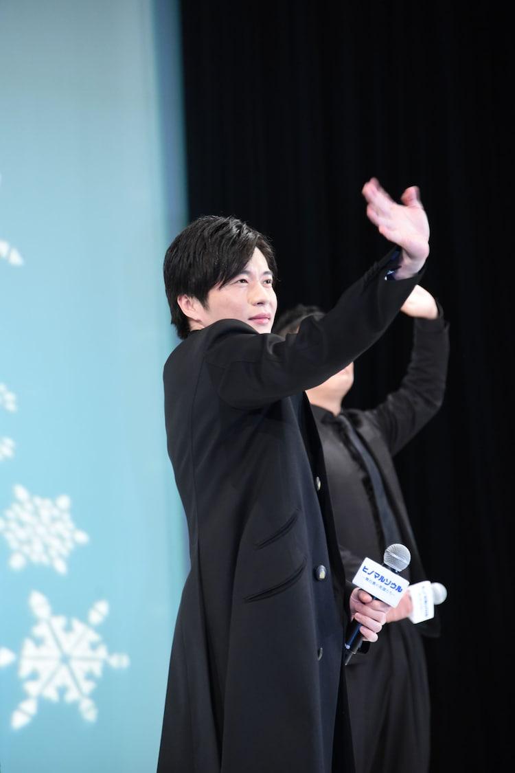 カメラに手を振る田中圭。