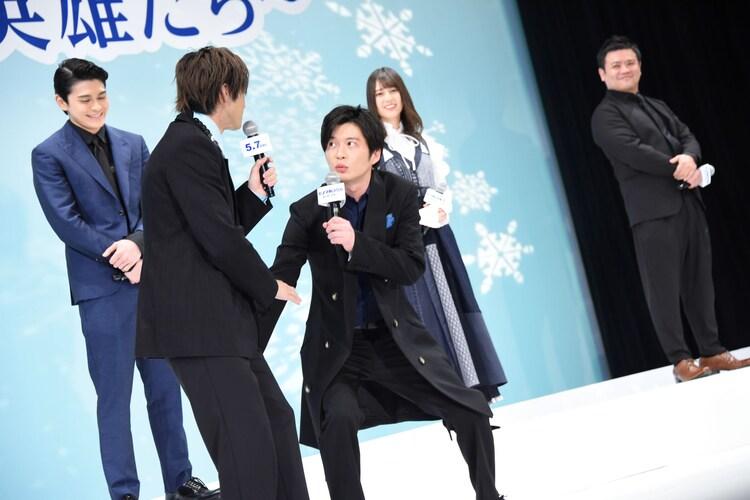 田中圭(前列右)が山田裕貴(前列左)にスタートバーのジェスチャーをする様子。