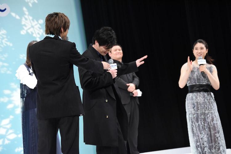 土屋太鳳(右)が話し始める前に謙遜する田中圭(中央)と、それを指摘する山田裕貴(左)。