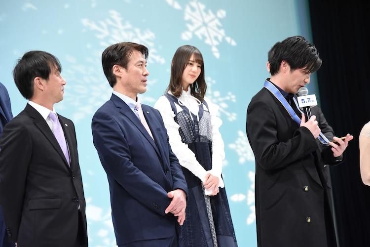 左から原田雅彦、西方仁也、金メダルを見つめる田中圭(右)。