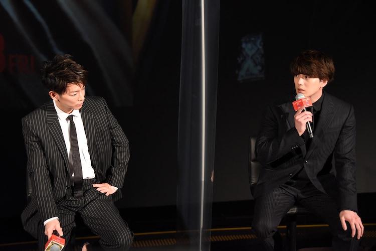 左から佐藤健、新田真剣佑。