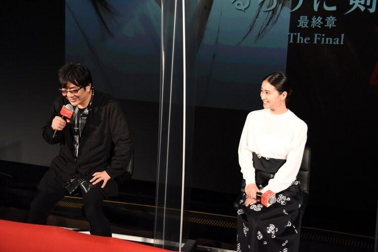 左から大友啓史、武井咲。