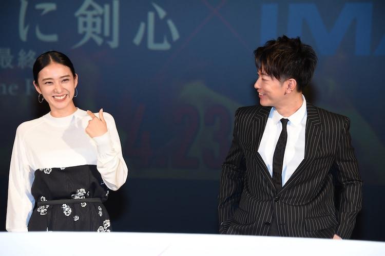 談笑する佐藤健(右)と武井咲(左)。