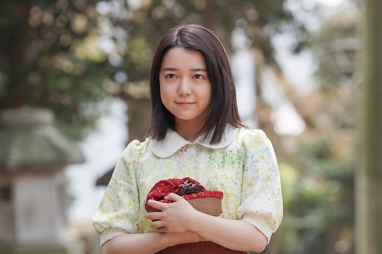 「カムカムエヴリバディ」より、たちばなの和菓子を持って神社に出向く安子。