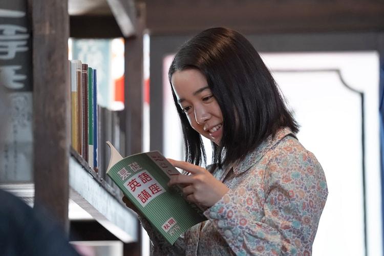 「カムカムエヴリバディ」より、戦争で物資の規制が強まる中、書店でラジオ英語講座のテキストを見つけ安堵する安子。