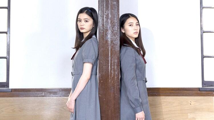 左から紺野彩夏、久保田紗友。