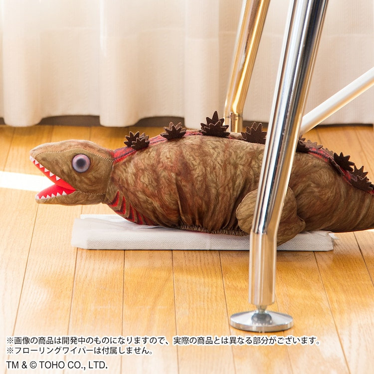 「シン・ゴジラ ゴジラ第2形態 フローリングワイパーカバー」の使用イメージ。