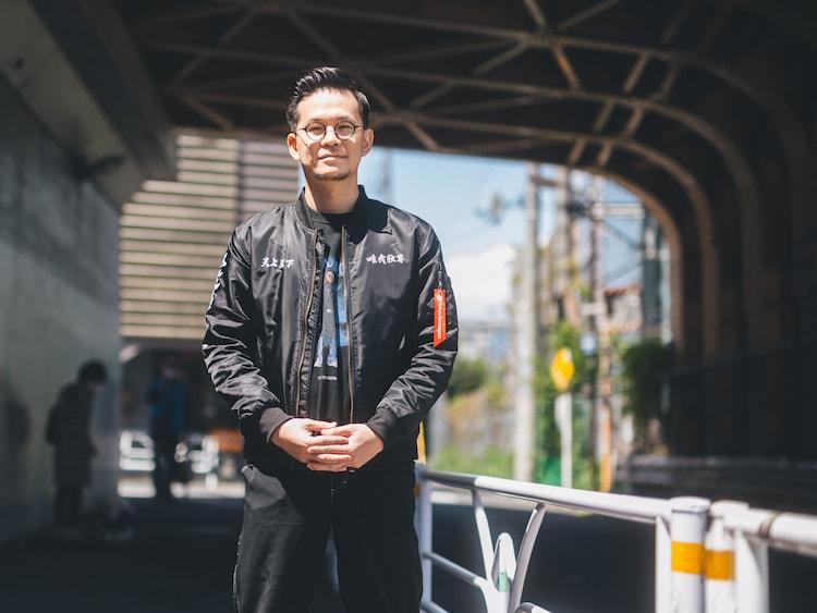 プロデューサーの岡田翔太。