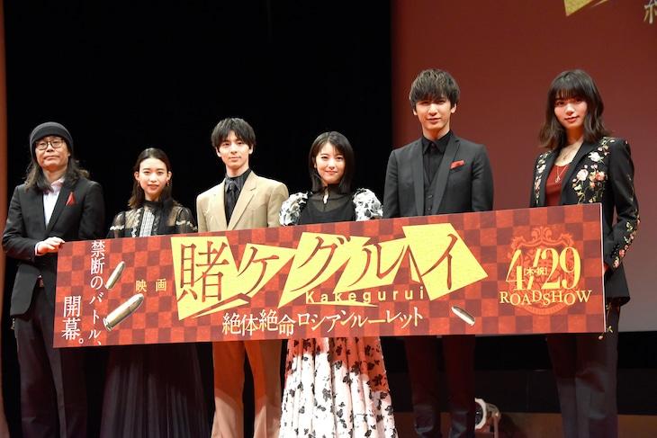 左から英勉監督、森川葵、高杉真宙、浜辺美波、藤井流星(ジャニーズWEST)、池田エライザ。