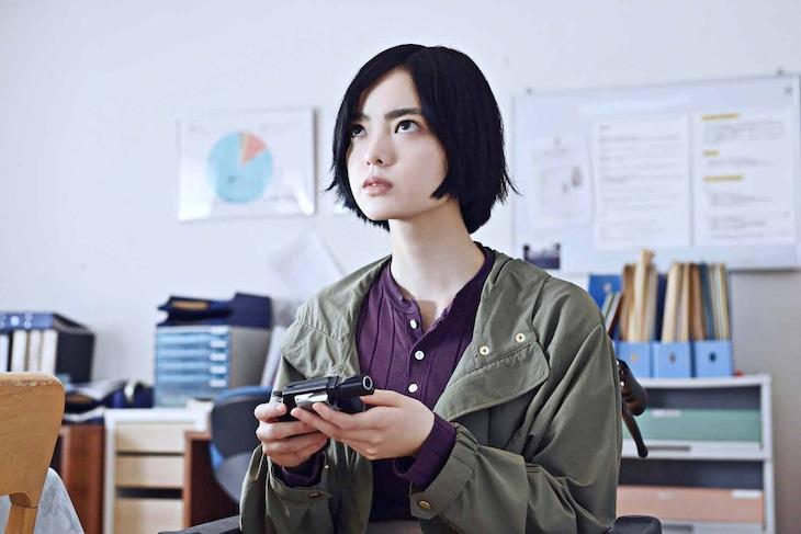 「ザ・ファブル 殺さない殺し屋」より、平手友梨奈演じるヒナコ。