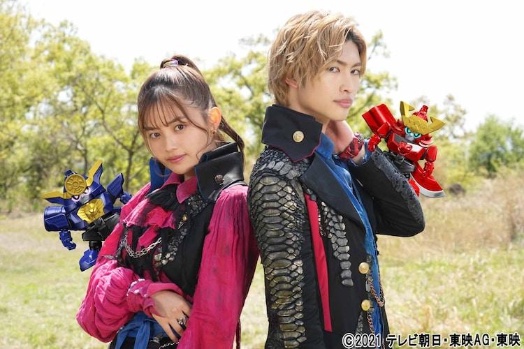 左から森日菜美演じるフリント・ゴールドツイカー、増子敦貴演じるゾックス・ゴールドツイカー。