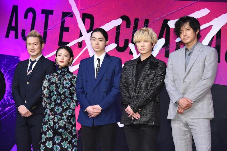 「キャラクター」完成報告会の様子。左から中村獅童、高畑充希、菅田将暉、Fukase、小栗旬。