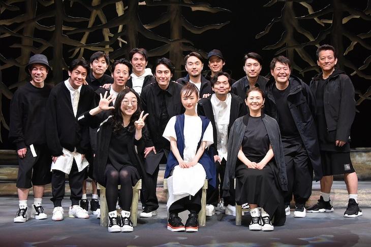 舞台「向こうの果て」2021年4月30日のアフタートークの様子。前列左から竹田新、松本まりか、小泉今日子。