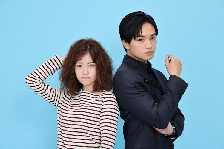 左から佐藤愛役の小芝風花、長谷部宗介役の中島健人。