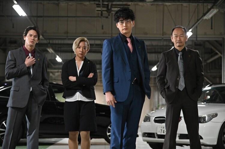 「ヨドンナ」より、才川コージ(左)、伊澤彩織(中央左)、石黒英雄(中央右)、島津健太郎(右)が演じる敵対組織の面々。