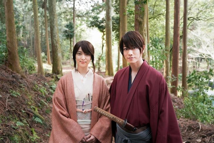 映画撮影中のオフショット。左から神谷薫役の武井咲、緋村剣心役の佐藤健。