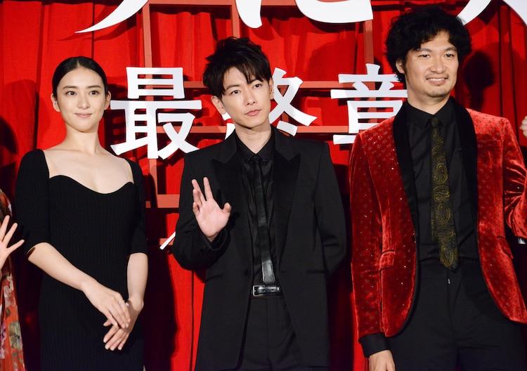 左から武井咲、佐藤健、青木崇高。