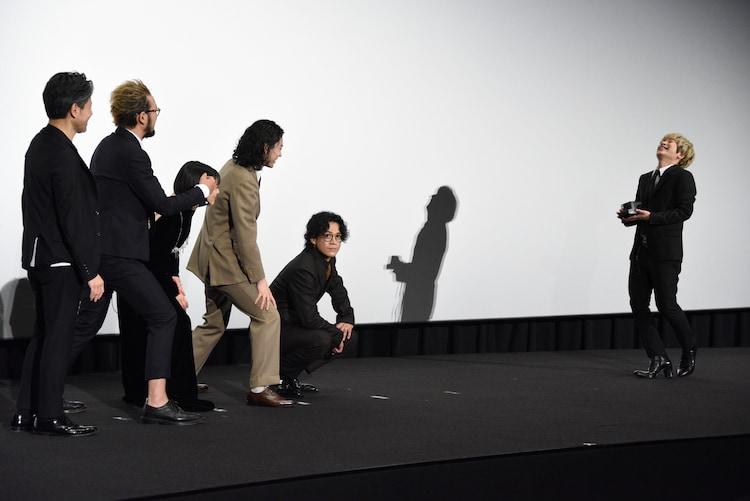 ポラロイド撮影をしようするFukase(右端)に「俺だけ切らないでよ!」と頼む中村獅童(左から2番目)。