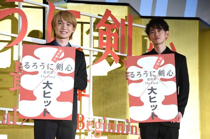「るろうに剣心 最終章 The Final」大ヒット御礼舞台挨拶の様子。左から神木隆之介、佐藤健。