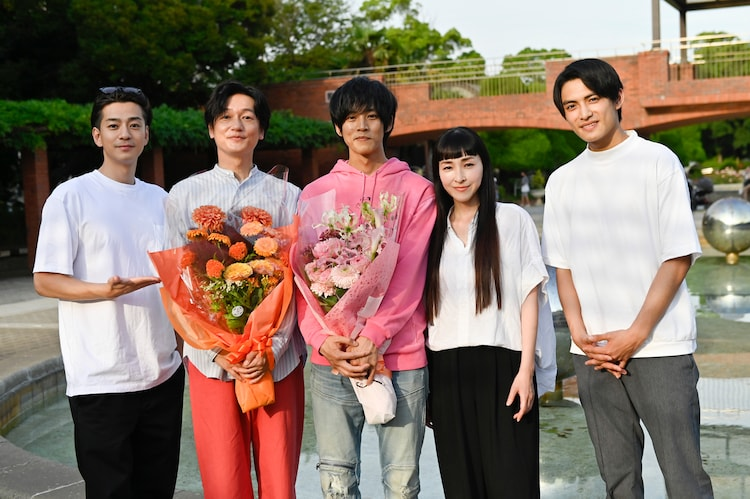 左から三浦翔平、井浦新、松坂桃李、麻生久美子、藤枝喜輝。