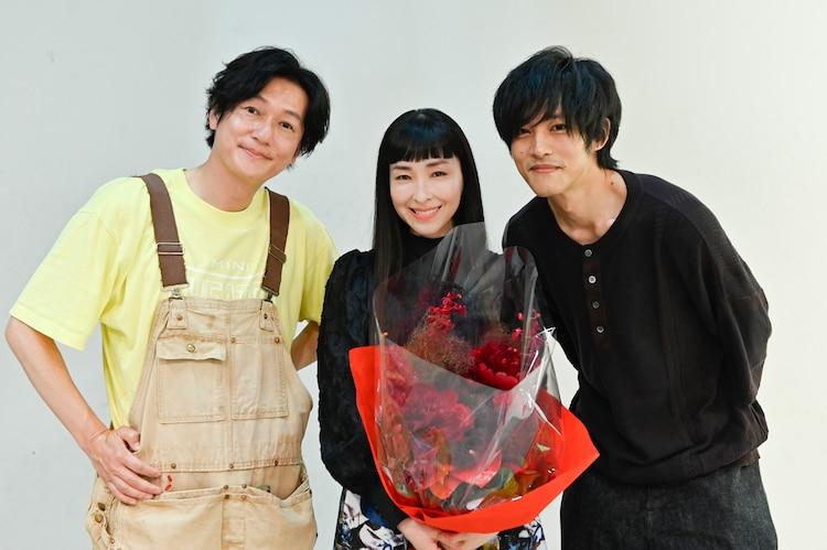 左から井浦新、麻生久美子、松坂桃李。