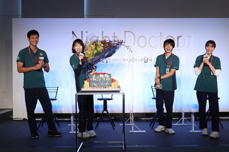 サプライズで誕生日を祝われた波瑠(左から2人目)。岸優太(左から3人目)は「ご満悦の表情を見て、僕たちもアガっちゃいますね!」と喜んでいた。