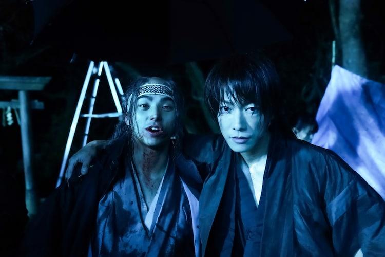 「るろうに剣心 最終章 The Beginning」オフショット。左から村上虹郎、佐藤健。
