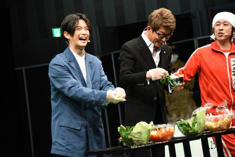 餌を皿に盛り付ける千葉雄大(左)、哀川翔(中央)。