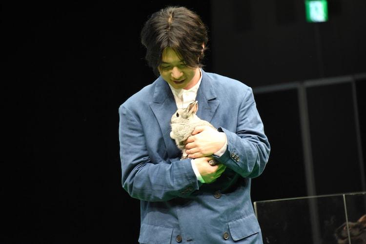 ウサギを抱っこする千葉雄大。