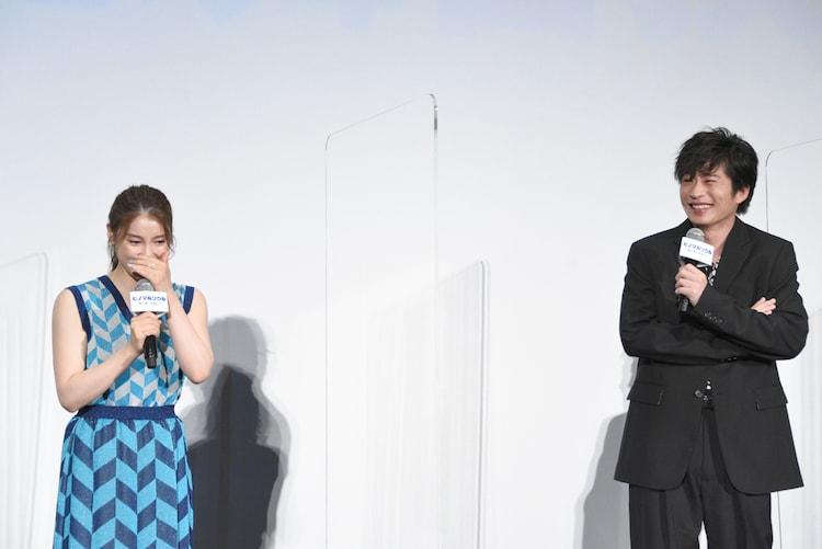 左から土屋太鳳、田中圭。