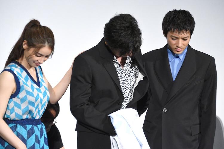 左から土屋太鳳、田中圭、山田裕貴。