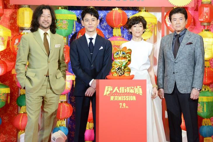 「唐人街探偵 東京MISSION」公開直前イベントの様子。左から浅野忠信、妻夫木聡、鈴木保奈美、三浦友和。