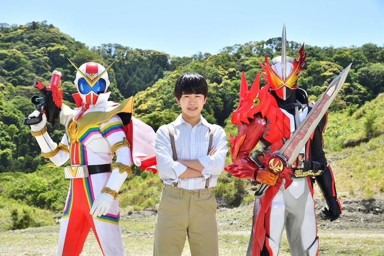 左からゼンカイザー、鈴木福、仮面ライダーセイバー。