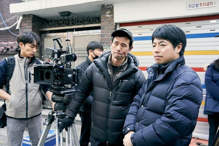 「アジアの天使」撮影現場にて、石井裕也(右)。