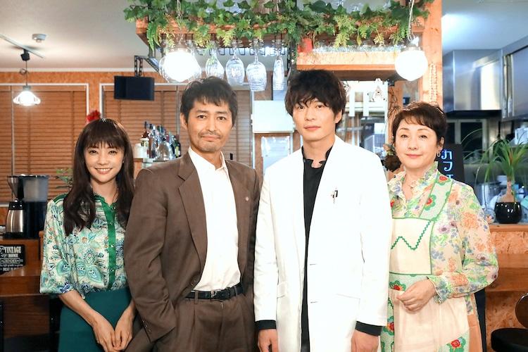 左から倉科カナ、安田顕、田中圭、松坂慶子。