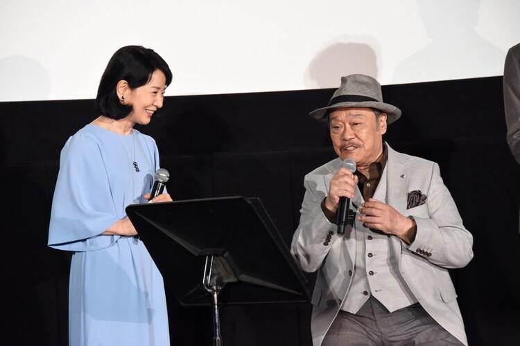 西田敏行(右)に駆け寄った吉永小百合(左)。