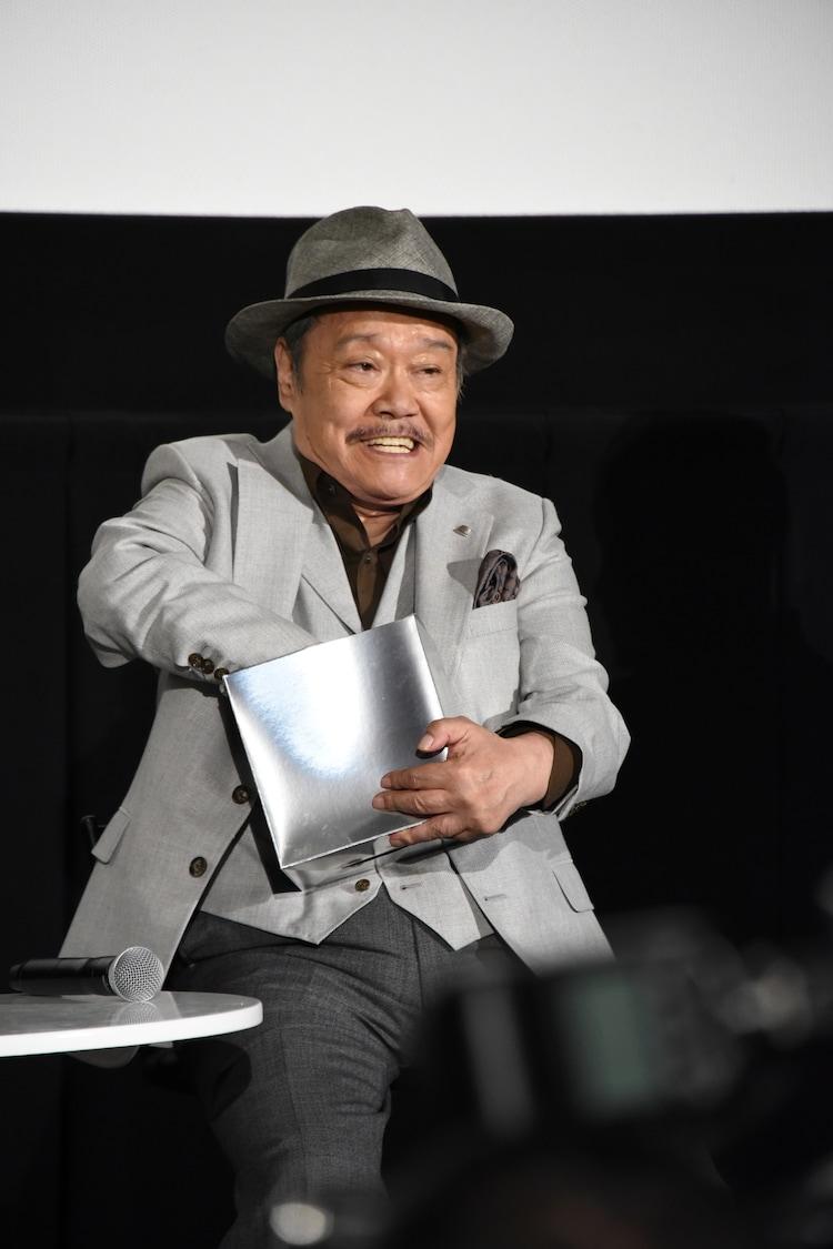 観客プレゼントの抽選くじを引く西田敏行。