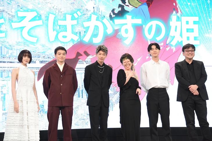「竜とそばかすの姫」完成報告会見の様子。左から玉城ティナ、染谷将太、佐藤健、中村佳穂、成田凌、細田守監督。