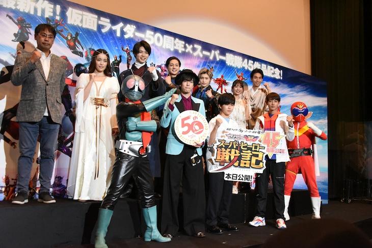 「セイバー+ゼンカイジャー スーパーヒーロー戦記」初日舞台挨拶の様子。