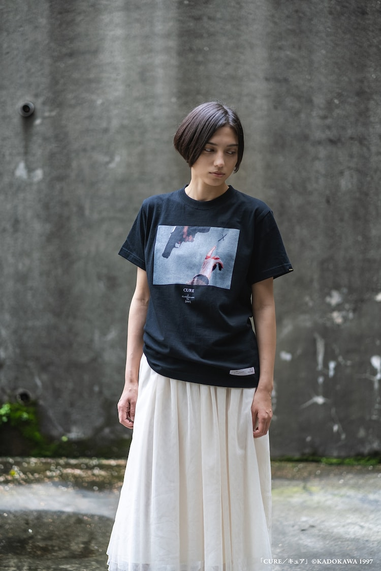「CURE キュア」拳銃と指 T-Shirtの着用イメージ。(c)KADOKAWA 1997