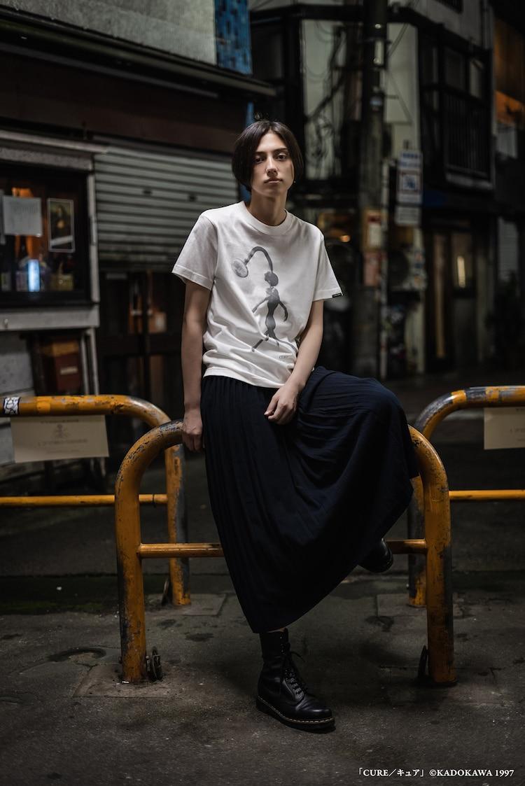 「CURE キュア」シャワーヘッド T-Shirtの着用イメージ。(c)KADOKAWA 1997