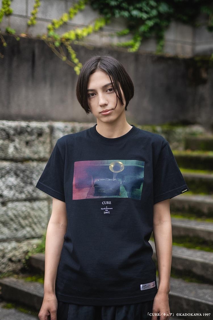 「CURE キュア」蓄音機 T-Shirtの着用イメージ。(c)KADOKAWA 1997