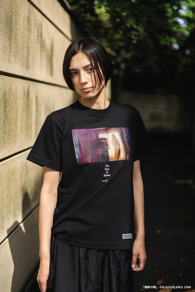 「蜘蛛の瞳」T-Shirtの着用イメージ。(c)KADOKAWA 1998