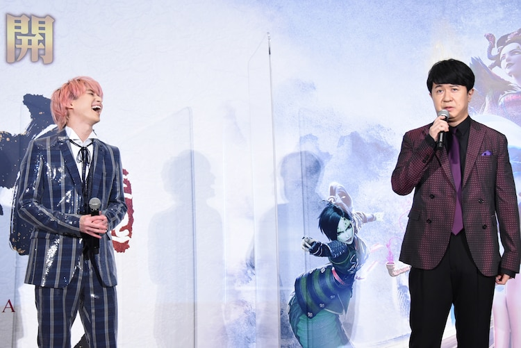杉田智和(右)からの賛辞に喜ぶ佐久間大介(左)。