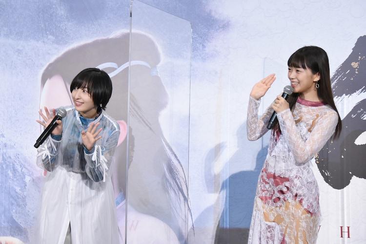 ライブビューイング用のカメラに手を振る三森すずこ(右)と佐倉綾音(左)。