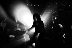 リリース当日に新木場STUDIO COASTにてアルバム発売記念ライブを行ったゆらゆら帝国。初めてライブを行う会場だったものの、チケットはソールドアウトを記録し、約2時間にわたる至福のパフォーマンスを披露した。